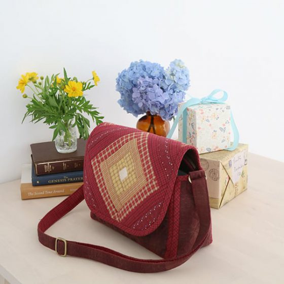 SQUARE-LOG-SHOULDER-BAG-05